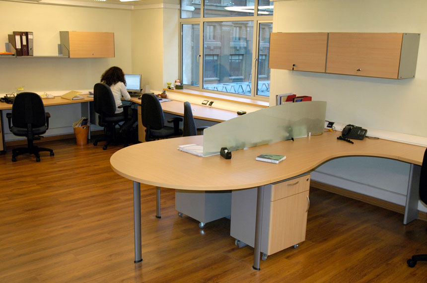 Pool de trabajo oficinas 8 baus asociados for Oficina de empleo hellin