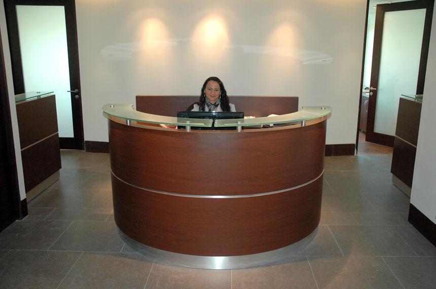 Muebles para recepcion oficinas 8 baus asociados for Muebles de recepcion de oficina